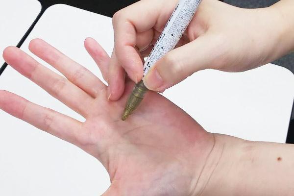 手相をまねて金色のペンで書けばいい!