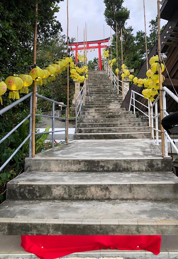 黄色の提灯の山道
